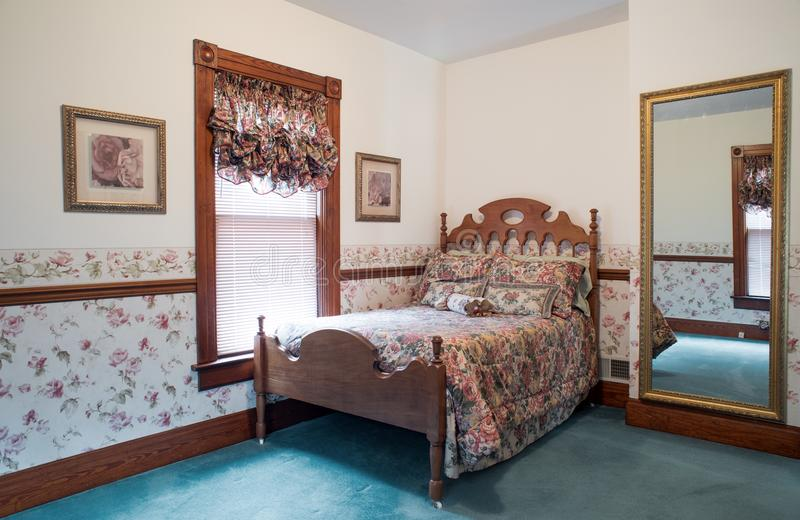 Chambre à coucher démodée avec le lit antique de noix image stock