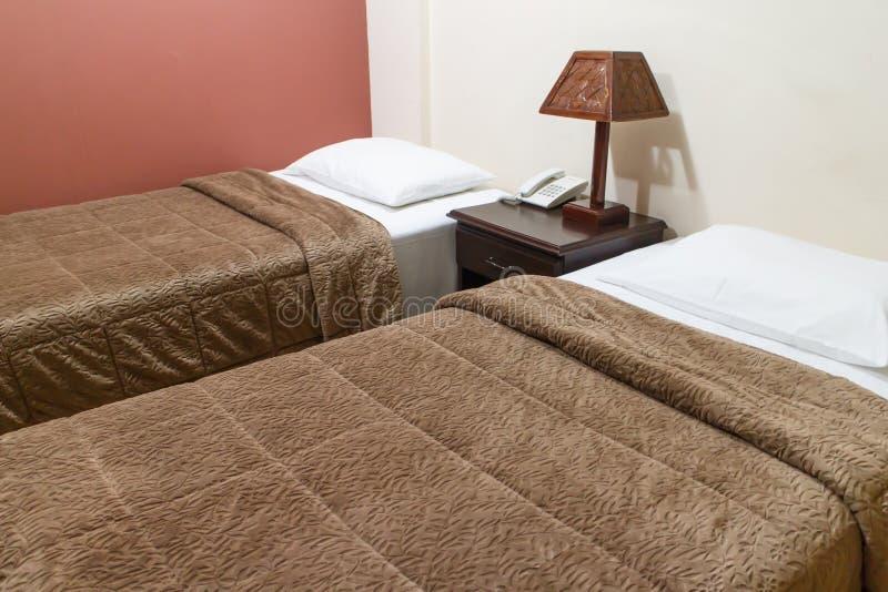Chambre à coucher d'hôtel avec deux lits image stock
