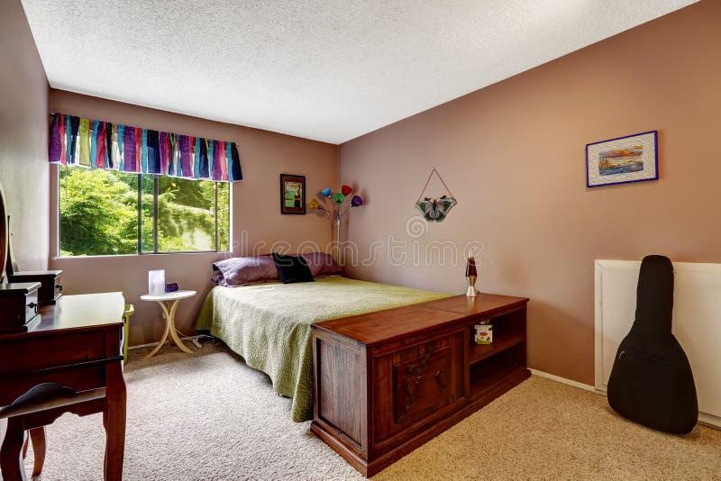 Chambre à coucher dans la couleur mauve de matière avec les éléments colorés photo libre de droits