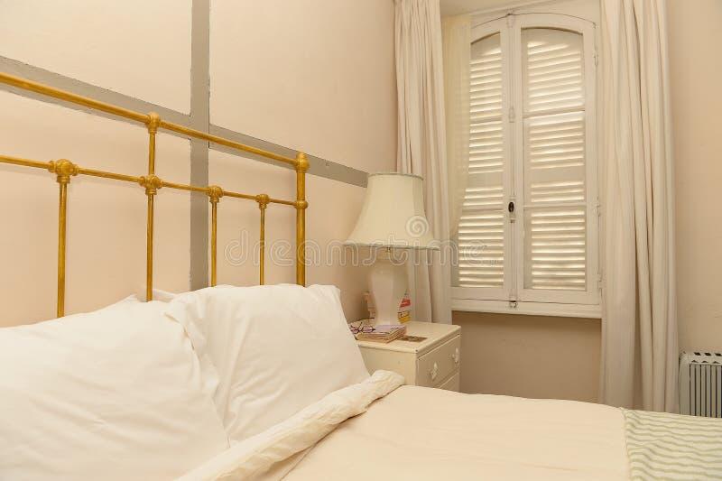Chambre à coucher dans la maison moderne images stock