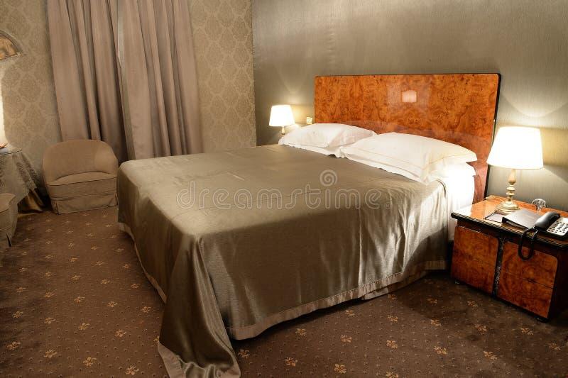 Chambre à coucher dans le brun images libres de droits