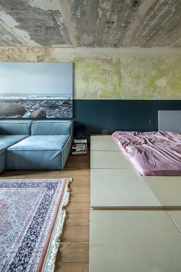 Chambre à coucher dans le style de grenier photographie stock libre de droits