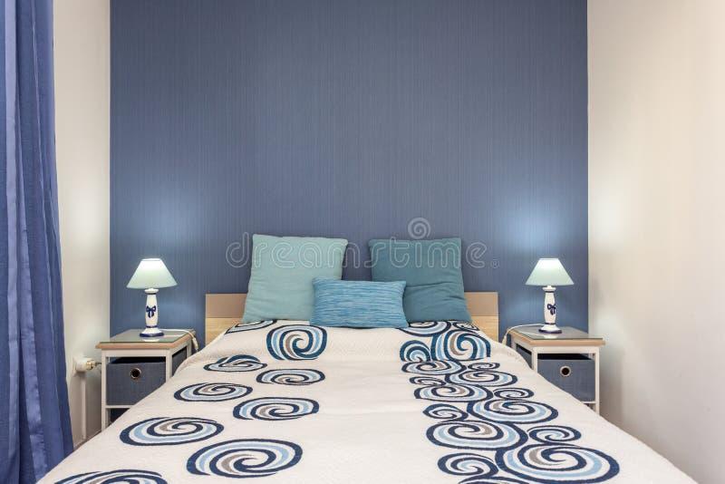 Chambre à coucher dans le style moderne avec le lit et les oreillers Front View images stock