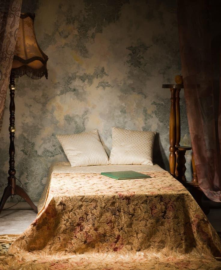 Chambre à coucher dans le type de cru image stock