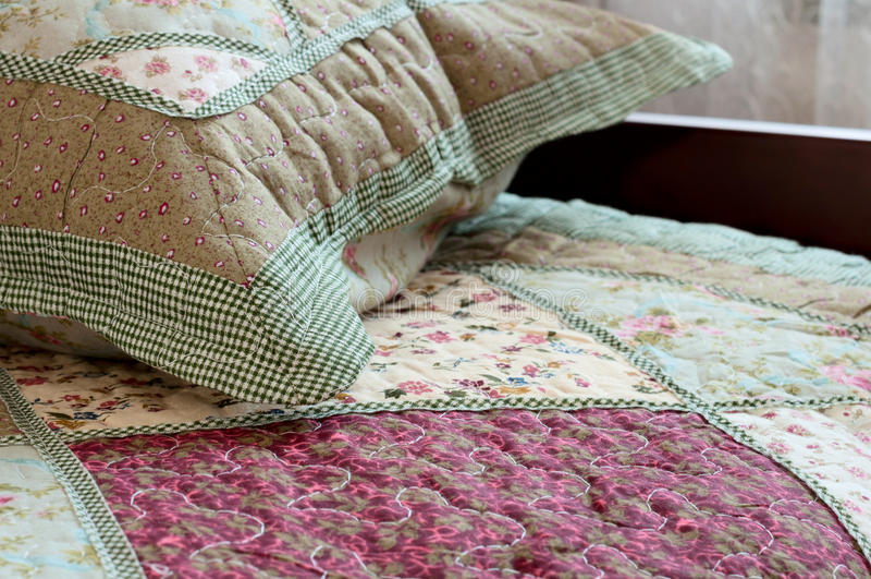 Chambre à coucher dans une maison - intérieurs à la maison images stock