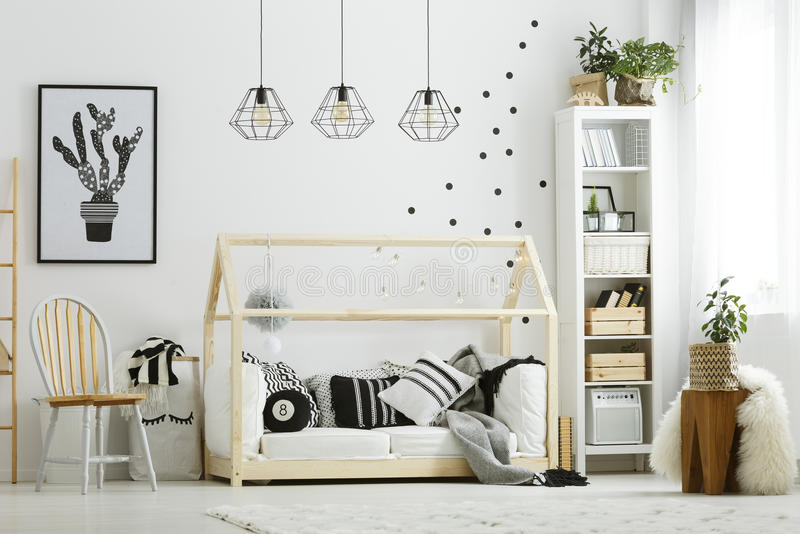 Chambre à coucher de bébé dans le style scandinave photo stock