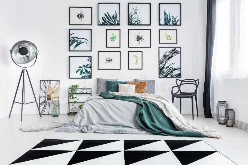 Chambre à coucher de concepteur avec le mobilier métallique images libres de droits