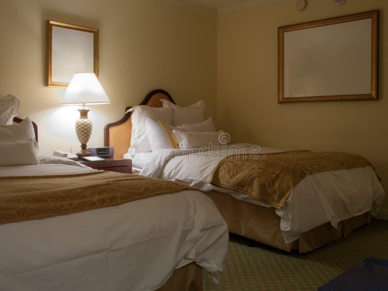 Chambre à coucher de deux lits avec la table de chevet photo libre de droits