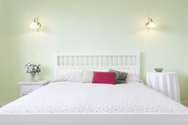 Chambre à coucher de double lit - belle pièce d'appartement photo libre de droits