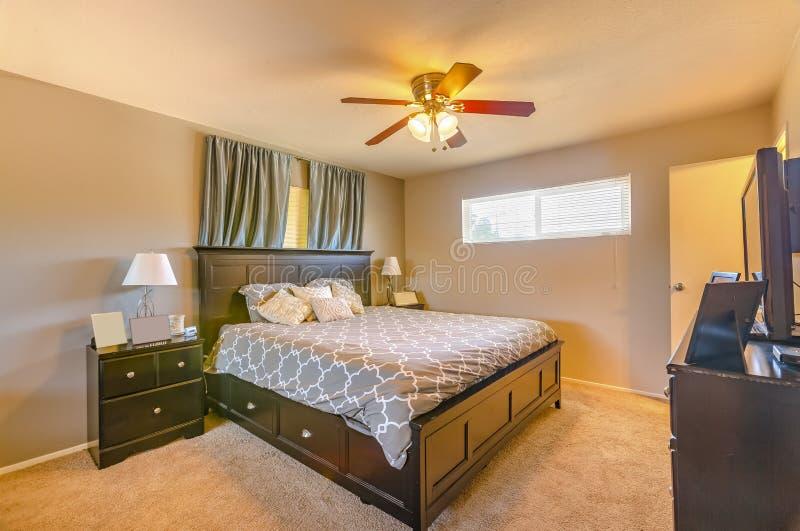 Chambre à coucher de Lit de maison de luxe de la Californie avec la fan et le windo privé photographie stock libre de droits