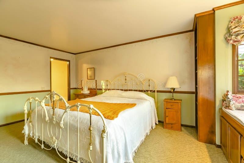 Chambre à coucher de Lit de maison de luxe de la Californie avec l'ameublement plus ancien photo stock