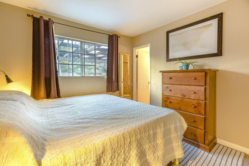 Chambre à coucher de Lit de maison de luxe de la Californie avec prochain f léger d'or photos stock