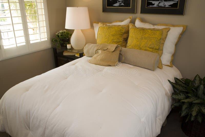 Chambre à coucher de luxe élégante. photographie stock libre de droits