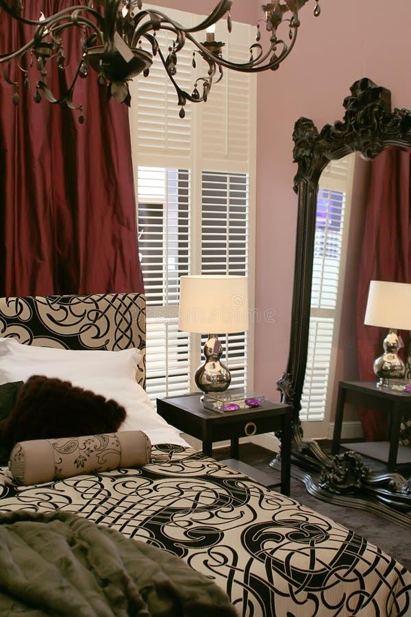 Chambre à coucher de luxe avec le miroir photo libre de droits