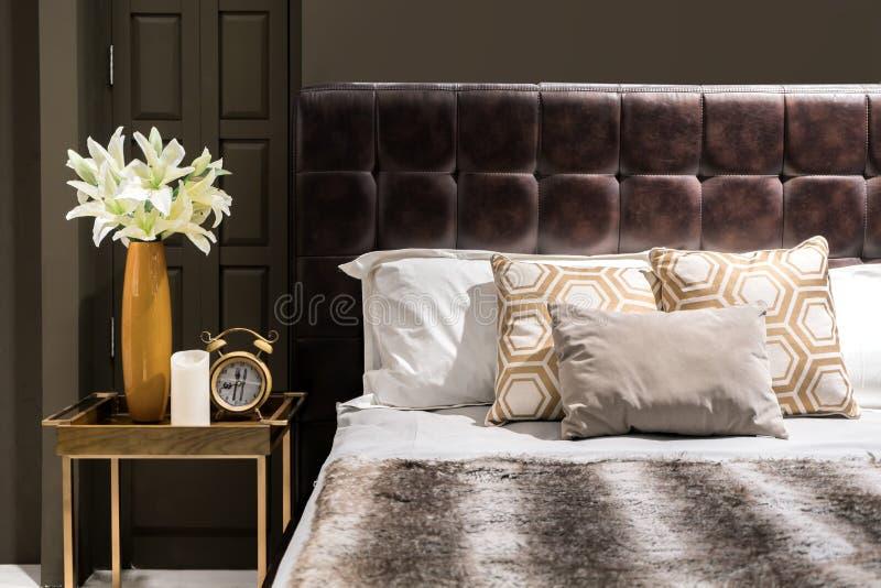 Chambre à coucher de luxe avec le vase brun et l'horloge o à ton et à fleur de couleur photo stock