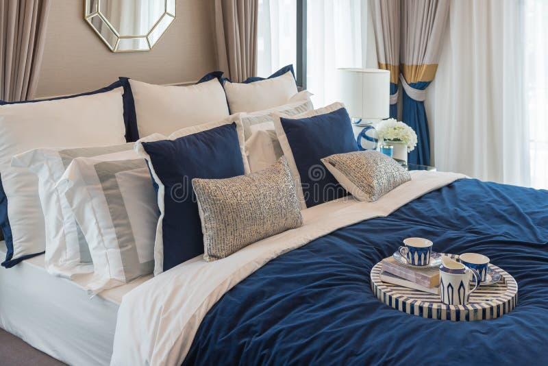 chambre à coucher de luxe dans le ton de bleu d'indigo images libres de droits