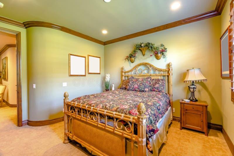 Chambre à coucher de luxe en Californie avec l'éclairage et le carpe chauds oranges images stock