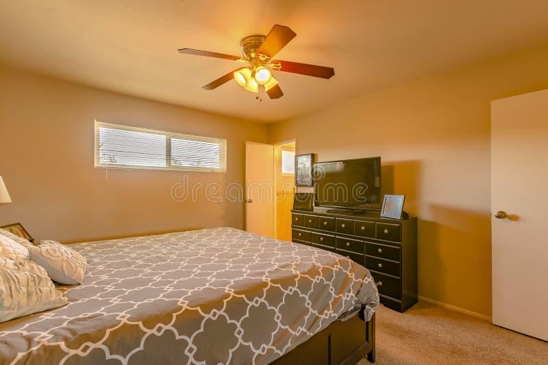 Chambre à coucher de luxe en Californie avec l'éclairage et le carpe chauds oranges photo libre de droits