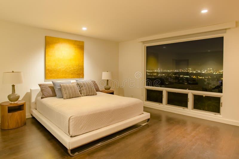 Chambre à coucher de luxe de la Californie avec stupéfier la vue du centre o de San Diego photographie stock libre de droits