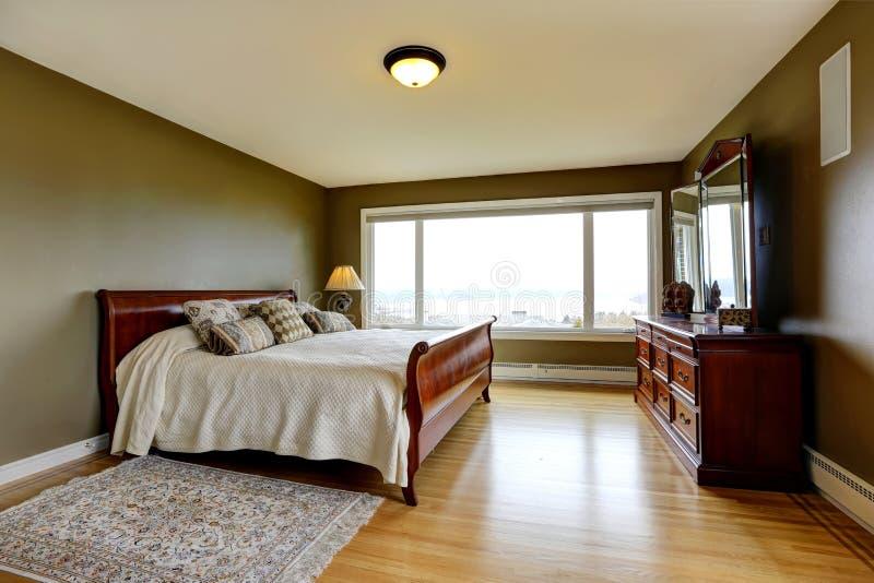 Chambre à coucher de luxe moderne avec le bâti, la raboteuse et le nightstand images libres de droits