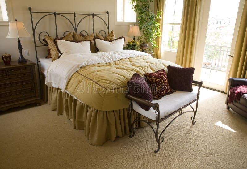 Chambre à coucher de luxe spacieuse. image libre de droits