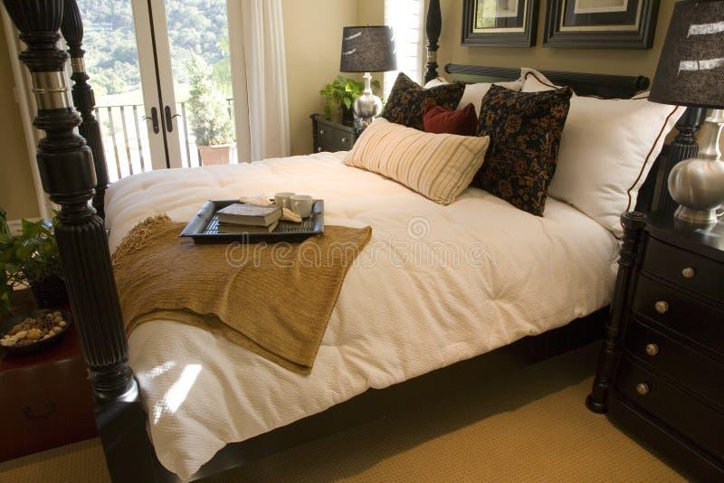 Chambre à coucher de luxe spacieuse. images stock