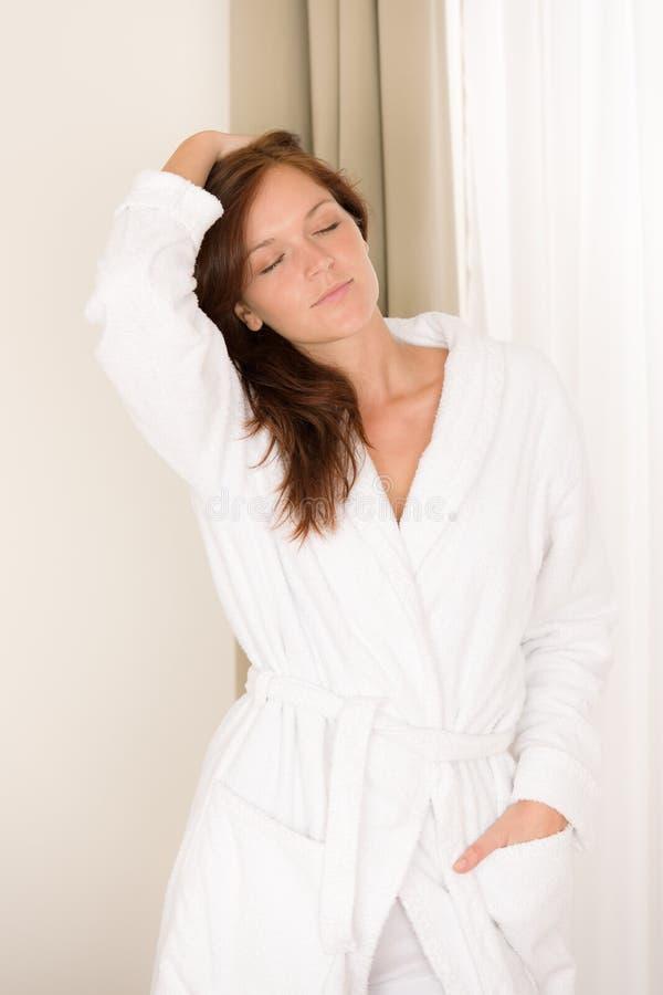 Chambre à coucher de matin - femme dans le peignoir photographie stock