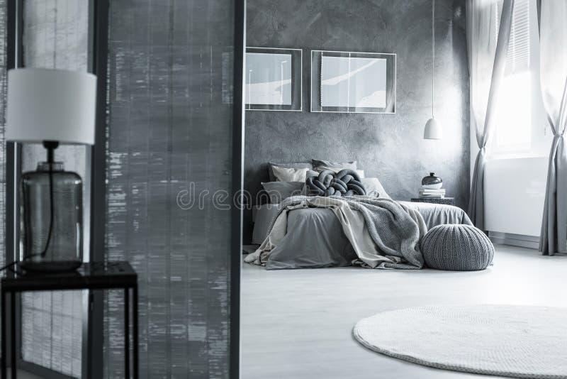 Chambre à coucher de mystère avec la lampe classique image stock