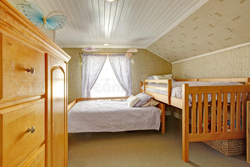 Chambre à coucher de plafond voûté avec de bas et hauts lits images stock