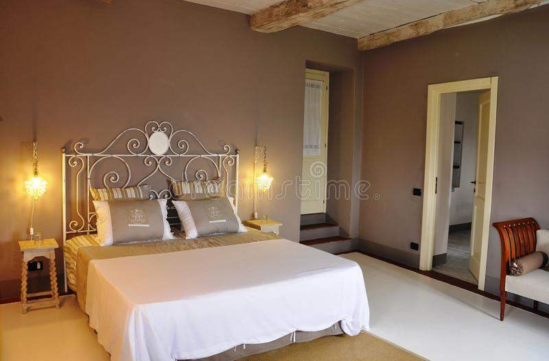 Chambre à coucher de style campagnard photographie stock