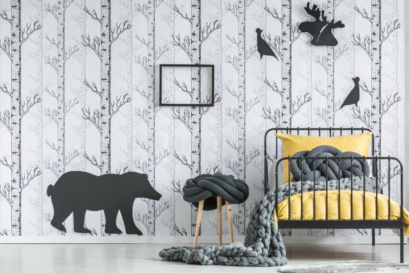Chambre à coucher du ` s d'enfant avec le motif de forêt photos libres de droits