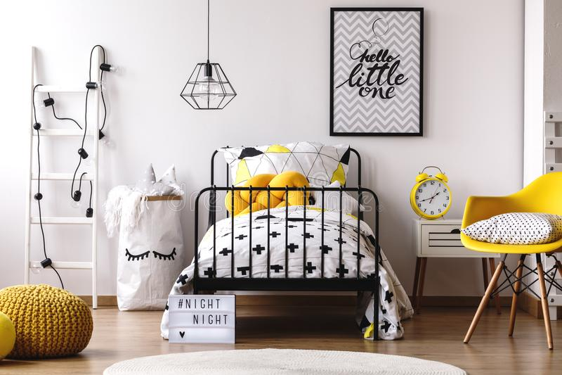 Chambre à coucher du ` s d'enfant de couleur de contraste image stock