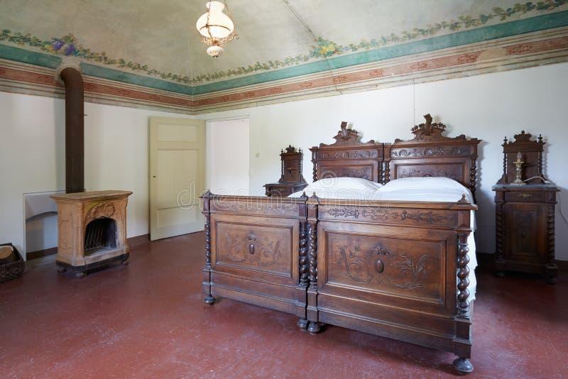Chambre à coucher en bois dans la maison italienne antique avec le fresque floral photographie stock