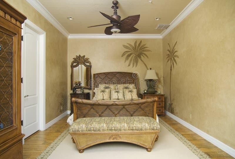 Chambre à coucher en osier tropicale photo stock