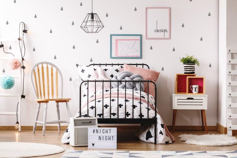 Chambre à coucher en pastel du ` s de fille avec la chaise images libres de droits