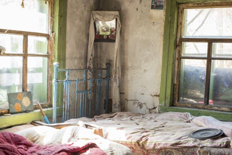 Chambre à coucher en vieux cottage dans le village abandonné, exclusion de Chernobyl, Ukraine images libres de droits
