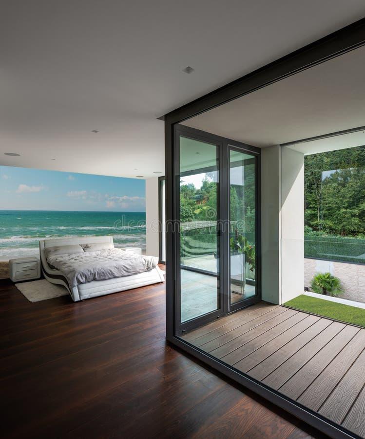 Chambre à coucher en villa moderne avec la terrasse privée photo libre de droits
