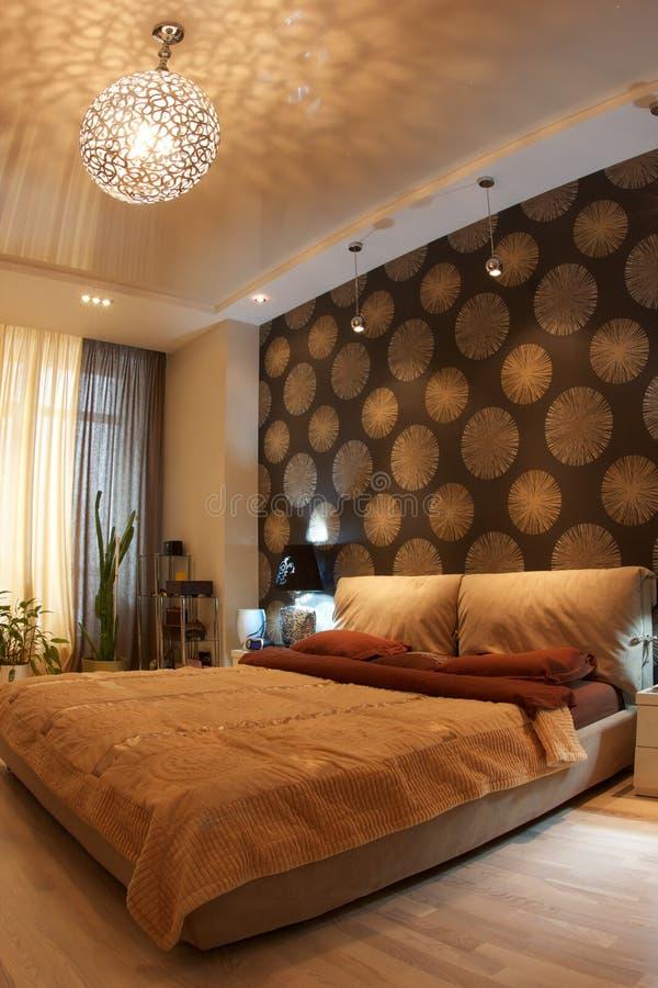 Chambre à coucher intérieure dans des tons bruns photo stock
