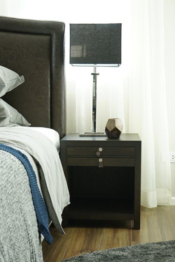 Chambre à coucher intérieure de style moderne avec des oreillers images stock