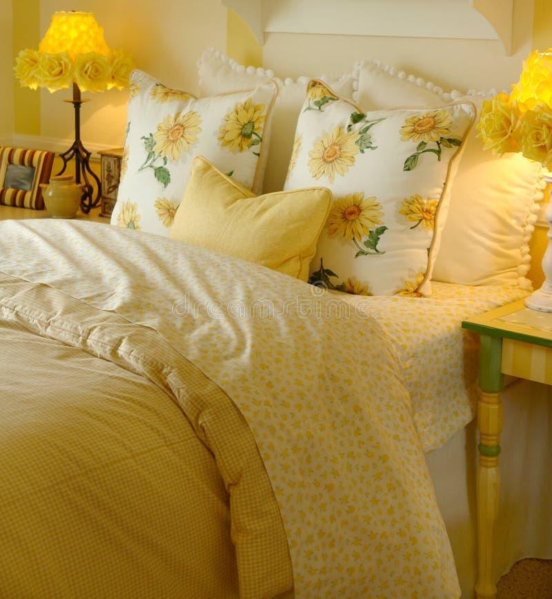 Chambre à coucher jaune de marguerite