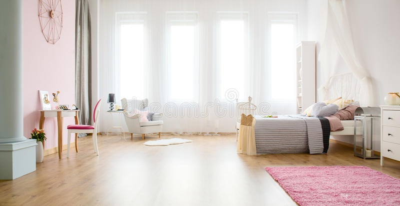 Chambre à coucher légère avec des panneaux de plancher photographie stock libre de droits