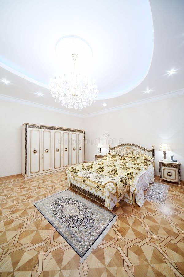 Chambre à coucher légère avec le double lit de jeune truie et les tables de chevet photographie stock