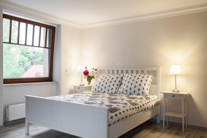 Chambre à coucher légère et confortable photographie stock libre de droits