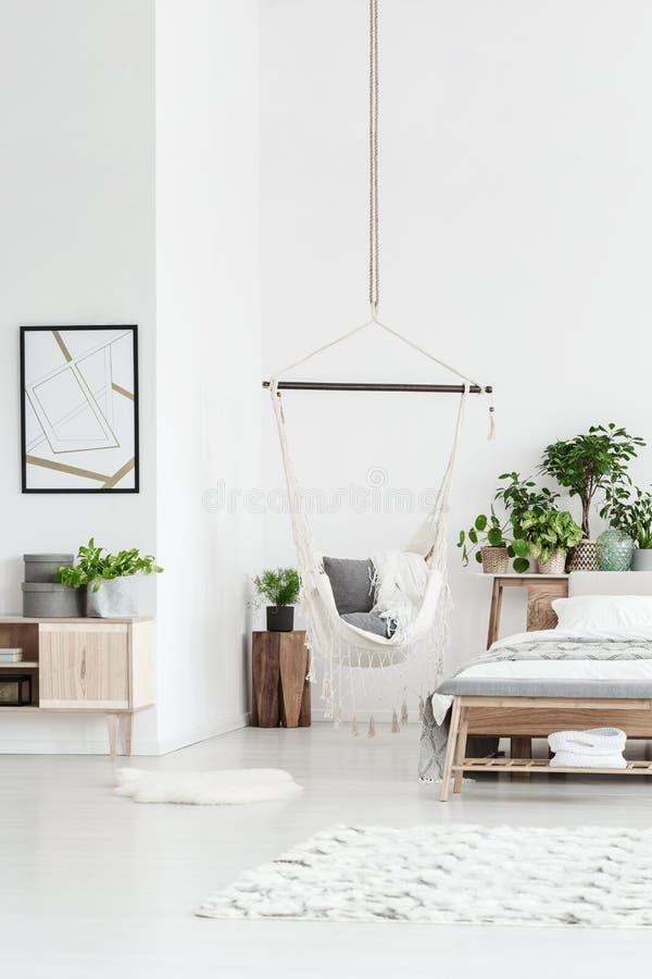 Chambre à coucher lumineuse avec l'hamac images stock