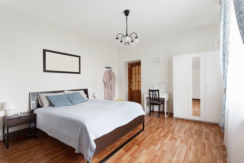 Chambre à coucher lumineuse avec le double lit photo stock