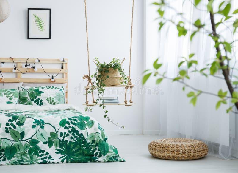 Chambre à coucher lumineuse avec le motif de feuilles photographie stock libre de droits