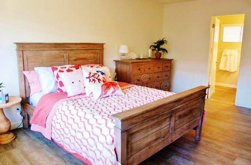 Chambre à coucher lumineuse d'hôtel image libre de droits