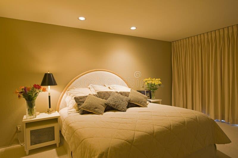 Chambre à coucher lumineuse dans la Chambre photo libre de droits