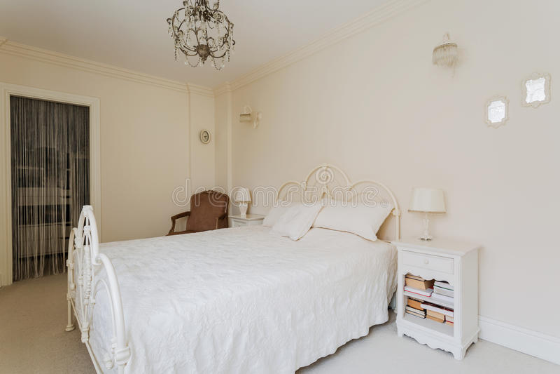Chambre à coucher lumineuse de princesse adolescente photos stock