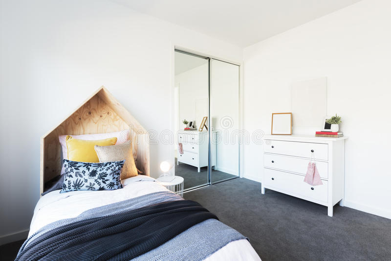 Chambre à coucher magnifique du ` s de jeune fille admirablement dénommée photos stock